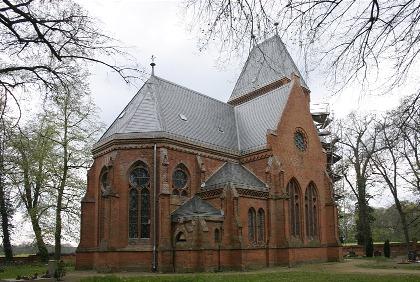 Gutskirche-Vollenschier-gesamt